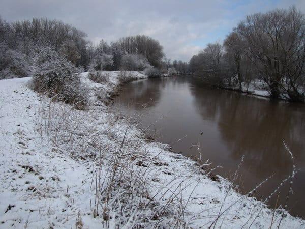 Karpfenangeln im Winter an einem kleinen Fluss.