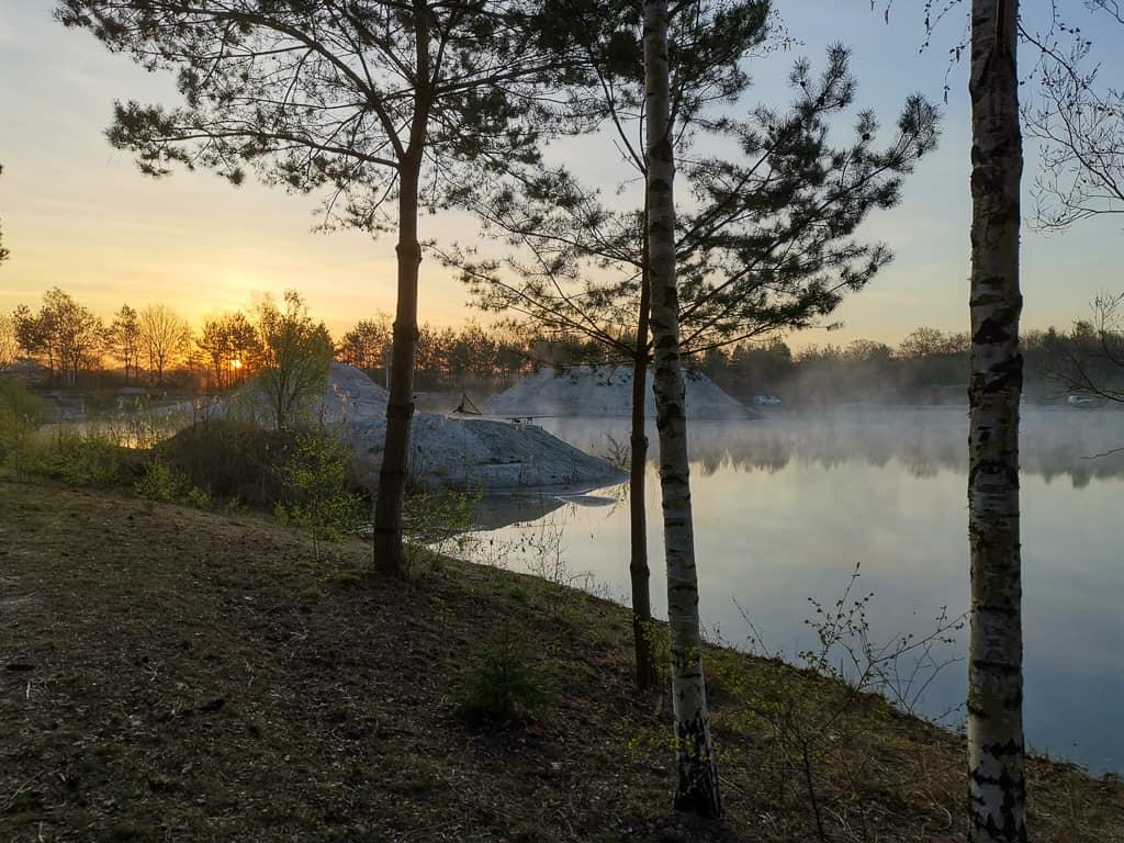 Karpfenangeln im frühjar ein See der morgens noch im Nebel steht